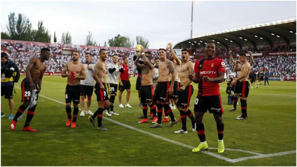 Los jugadores del Mallorca saludan a sus aficionados que se dieron...