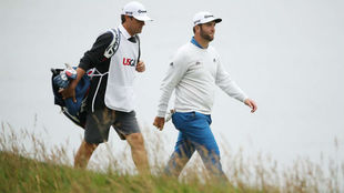 Rahm camina con su caddie en la ronda final de Pebble Beach