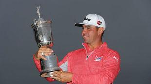Gary Woodland, con el trofeo de ganador del US Open.