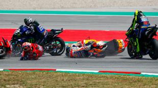 Lorenzo y Dovi por los suelos, Viñales y Rossi, a punto de caerse.