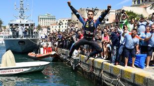 Dani Sordo se lanza al agua tras ganar el Rally de Cerdeña.