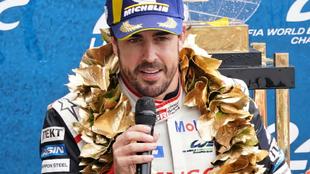 Alonso habla en el podio de Le Mans.