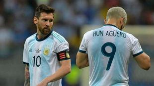 Leo Messi y 'Kun' Agüero, cabizbajos en un momento del...