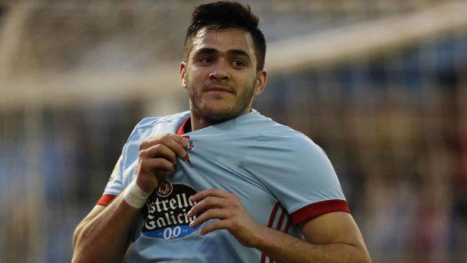 Maxi Gómez se señala el escudo en un partido.