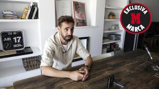 Borja Fernández, en su casa, durante la entrevista exclusiva con...
