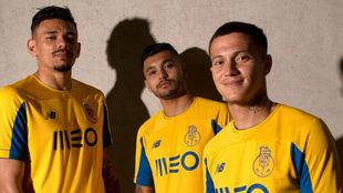 Jesús Manuel Corona posa junto a Otávio y Tiquinho Soares con la...