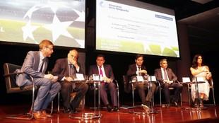 Imagen de la mesa de debate.