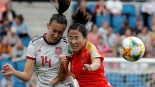 Virginia Torrecilla puja por un balón con una centrocampista china.