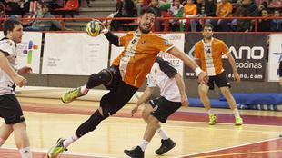 Pepe Oliver durante un partido con el Torrelavega /