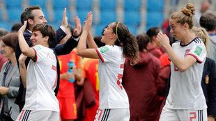 Ángel Vilda felicita a sus jugadoras tras la clasificación.