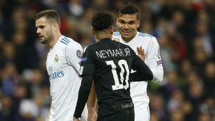 Casemiro y Neymar conversan en el Madrid-PSG de Champions de hace dos...