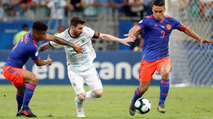Messi intenta dominar la pelota entre Barrios y Falcao.