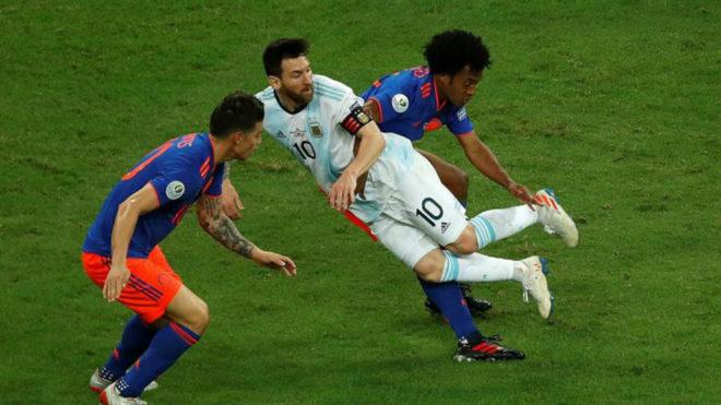 Momento en el que Juan Guillermo Cuadrado derriba a Lionel Messi