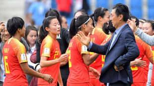 Jia Xiuguan felicita a sus jugadoras tras el partido.