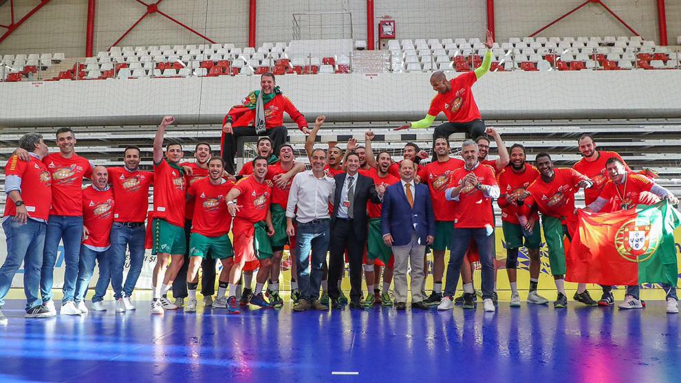 La plantilla de la selección portuguesa celebra la clasificación...