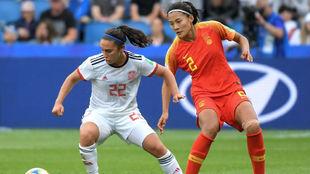 Nahikari García puja por un balón con una defensora china.