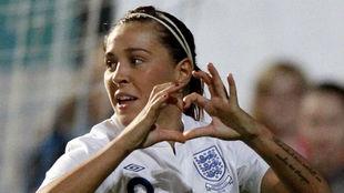 Fara Williams celebra un gol con Inglaterra.