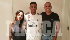 Rodrygo posa vistiendo la camiseta del Real Madrid juntos a sus...