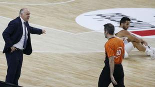 Pablo Laso dialoga con uno de los árbitros del segundo partido...