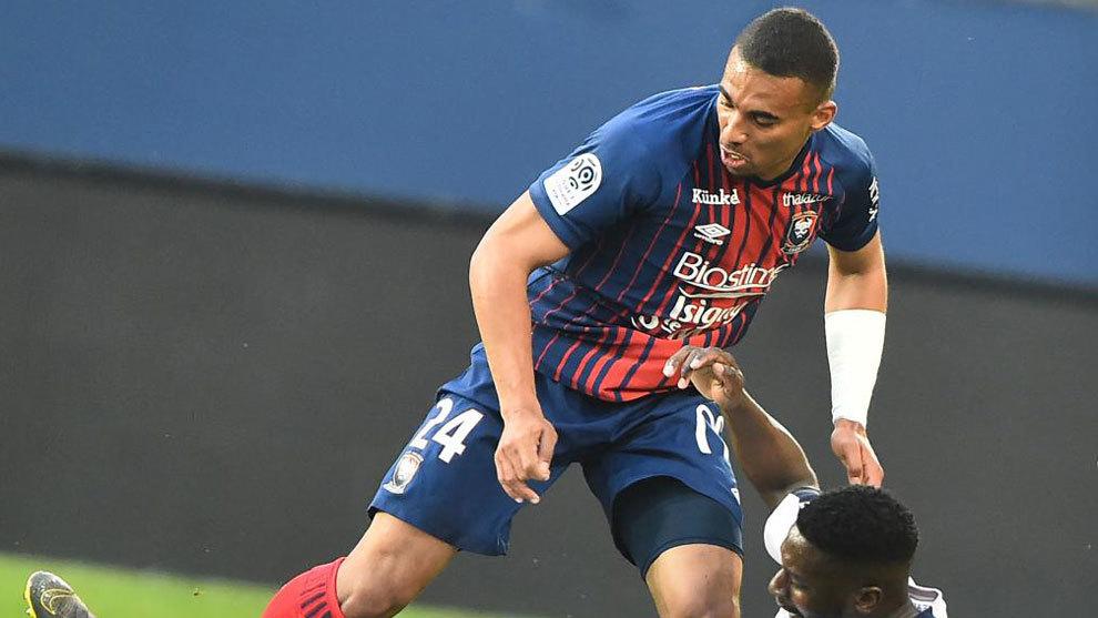 Alexander Djiku, durante un partido con el Caen.
