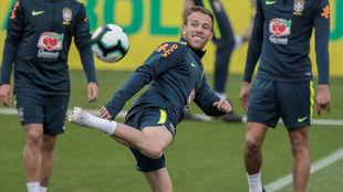 Arthur, en un entrenamiento de la Selección.
