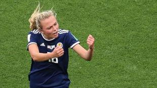 Claire Emslie celebra el primer gol de Escocia en un Mundial.