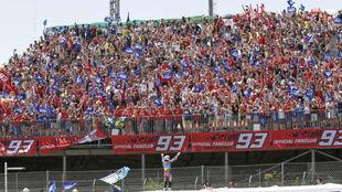 Álex Márquez celebra su triunfo en Barcelona con sus fans.