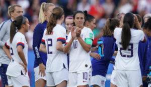 Las jugadoras de la selección estadounidense saludan al público tras...