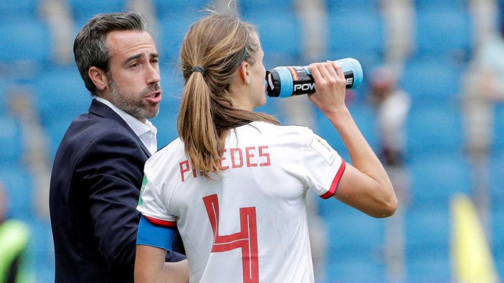 Irene Paredes habla con Jorge Vilda durante el partido ante China.