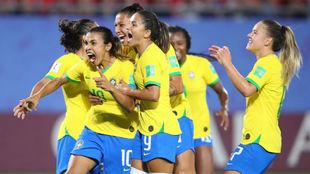 Marta celebra su gol con sus compañeras.