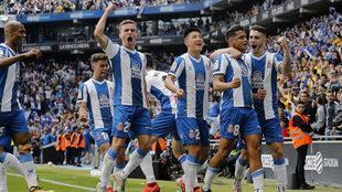 Los jugadores del Espanyol celebran uno de los goles que metió al...