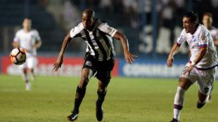 Copete en un partido del Santos de Brasil.