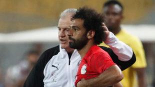 Aguirre le da indicaciones a Mohamed Salah.
