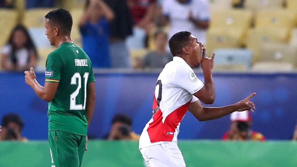 Edison Flores celebra el tercer gol de Perú.