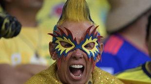 Un aficionado colombiano anima a su selección en el partido ante...