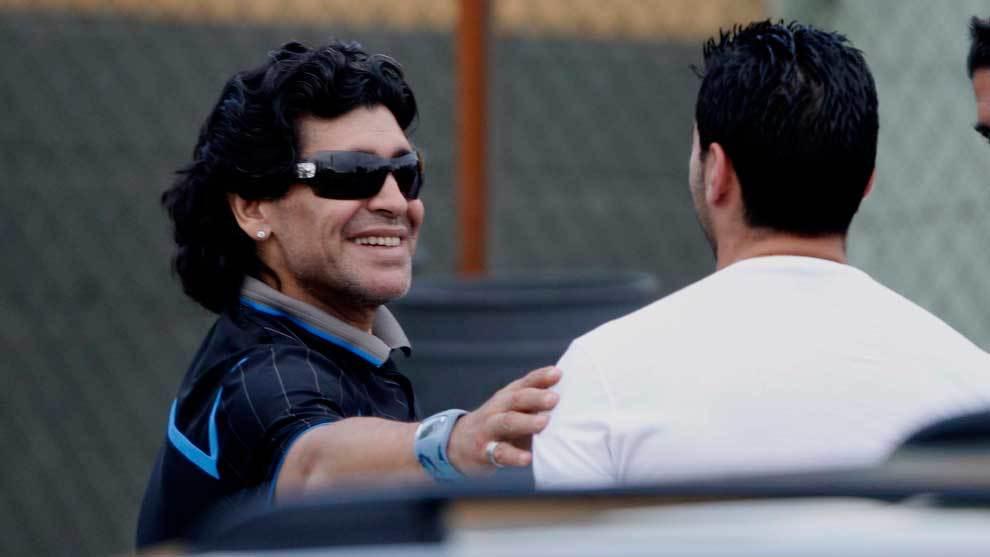 Diego Armando Maradona saludando a José Antonio Reyes tras un...