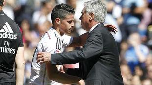 James se abraza a Ancelotti durante su etapa en el Real Madrid.