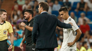 Lopetegui, junto a Reguilón durante un partido del Madrid en la...
