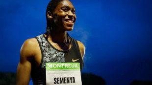 Caster Semenya sonríe tras imponerse en los 2.000 metros de la...