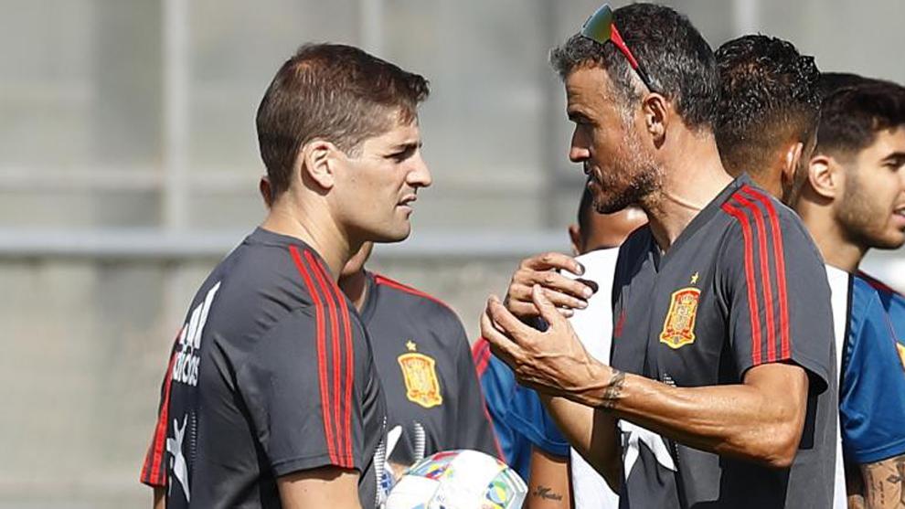 Robert Moreno and Luis Enrique during training.