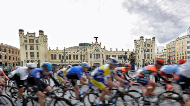 Los ciclistas pasan por delante de la estación del Norte de Valencia...