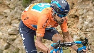 Alejandro Valverde con el maillot de líder de la Ruta de Occitania,...