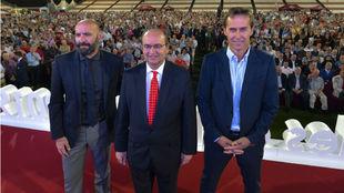 Monchi (50), José Castro (60) y Julen Lopetegui (52), en el acto de...