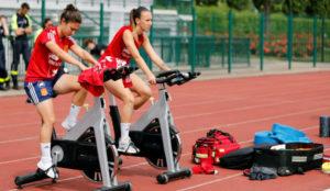 Nahikari y Torrecilla hacen bicicleta estática en el entrenamiento.