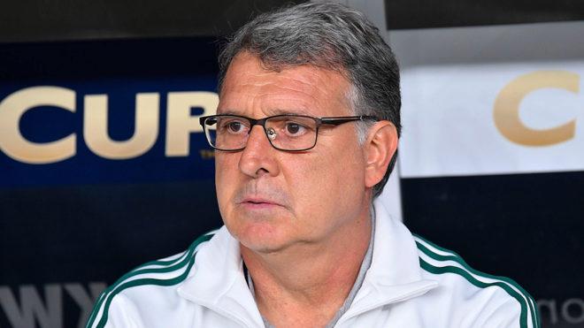 El Tata observa un partido del Tricolor.