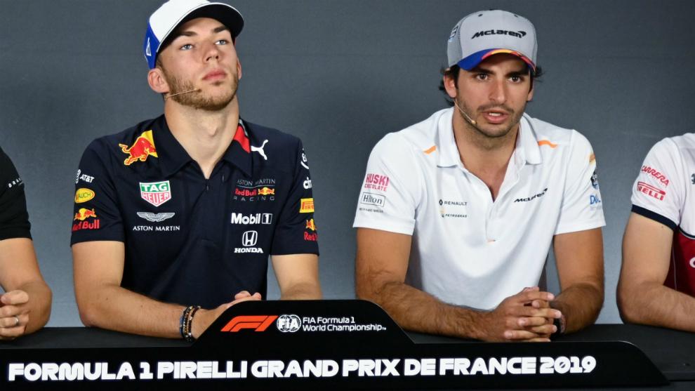 Carlos Sainz, durante la rueda de prensa de hoy, con Gasly a lado.