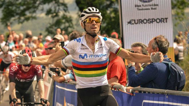 Alejandro Valverde celebra la victoria en la Ruta del Sur.