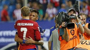 Neymar y Griezmann se abrazan.
