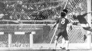 El primer gol del Chelsea en el desempate de la Recopa de 1971.