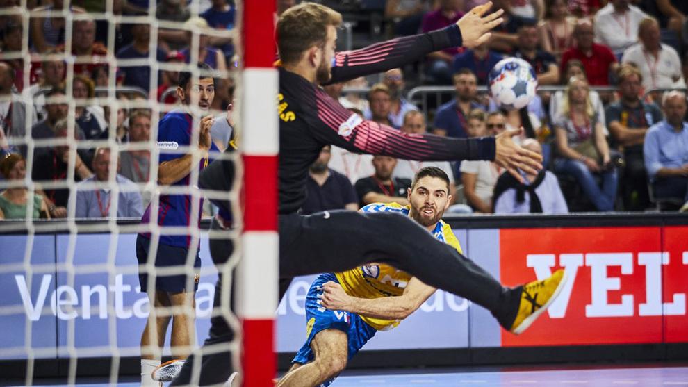 El jugador esloveno del Kielce Blaz Janc lanza ante el portero del...